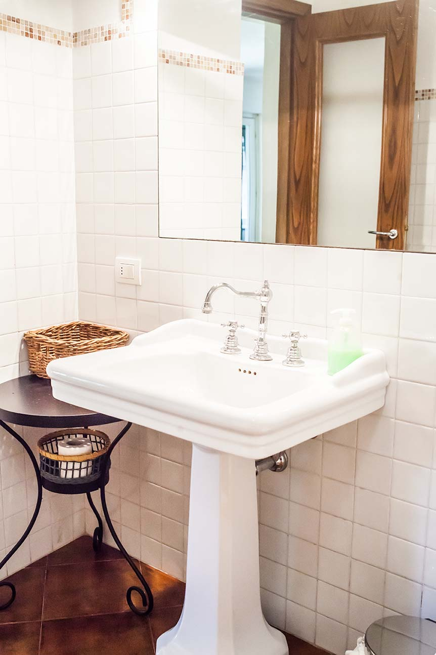 Rooms at Boggi House - Camino bathroom sink