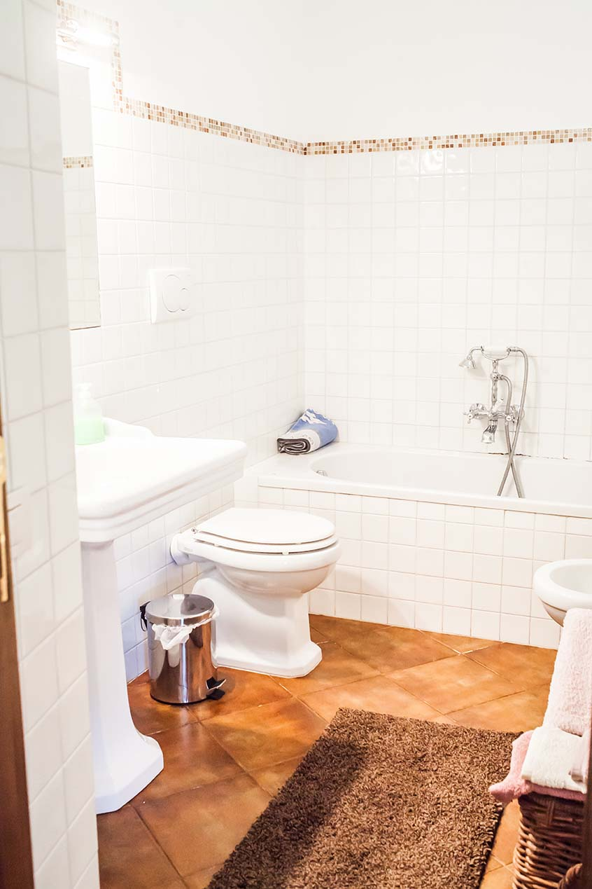 Rooms at Boggi House - Camino bathroom toilet